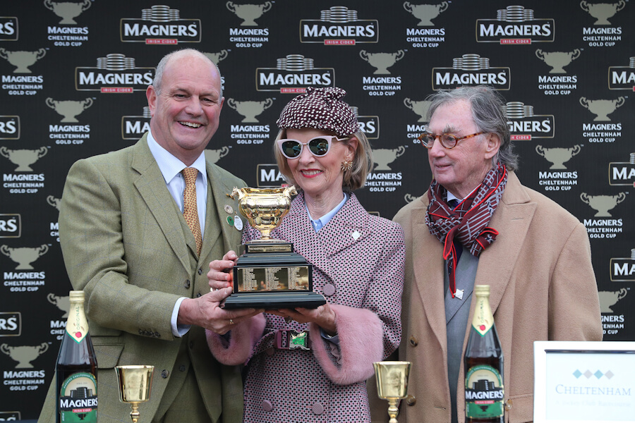 Cheltenham Fri 15 March 2019 Ian Price presenting The Magners Cheltenham Gold Cup won by Al Boum Photo to Marie and Joe Donnelly Photo.carolinenorris.ie